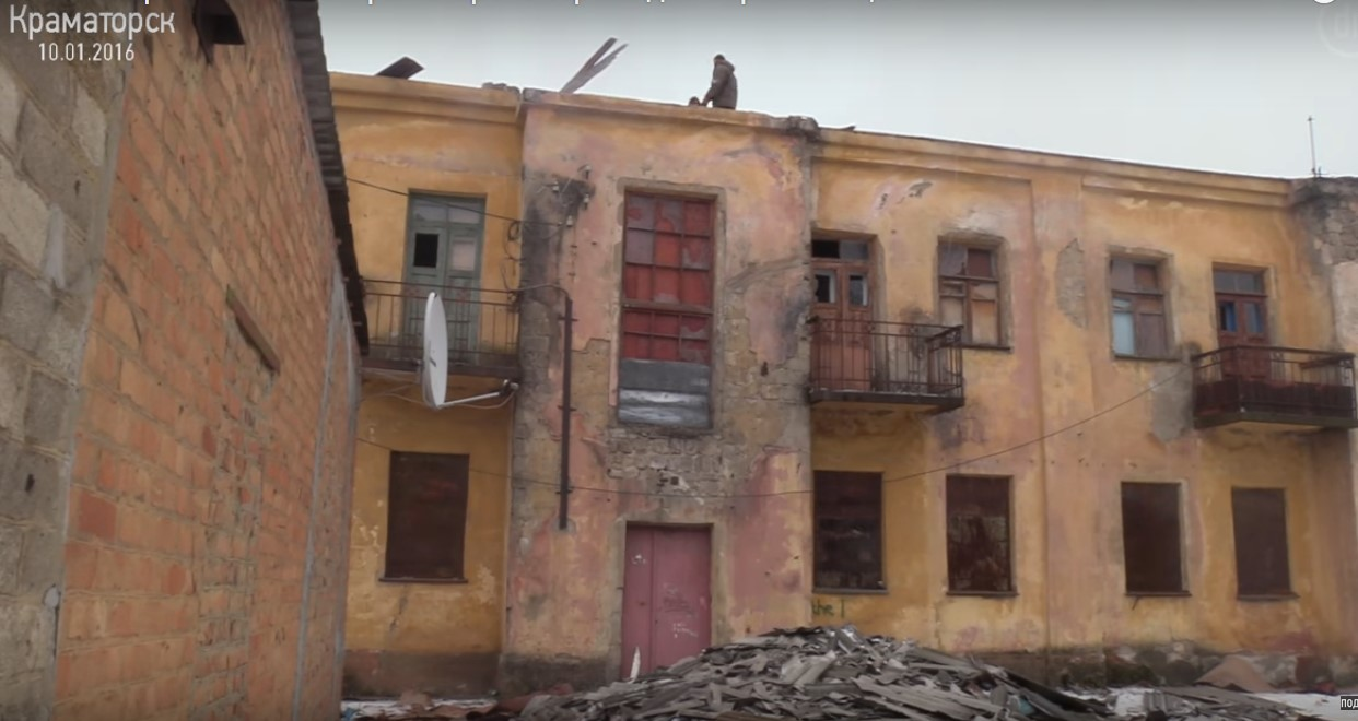 Так выглядит одно из «реконструируемых» третий год общежитий в Краматорске